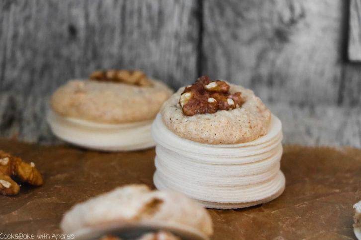 Schnell, einfach und super lecker! Meine absoluten Lieblingsweihnachtsplätzchen sind Makronen mit Walnüssen. Sie sind unfassbar schnell zubereitet und zergehen leicht auf der Zunge. Das unfassbar leichte Plätzchen-Rezept findet ihr auf dem Foogblog von Cook and Bake with Andrea.